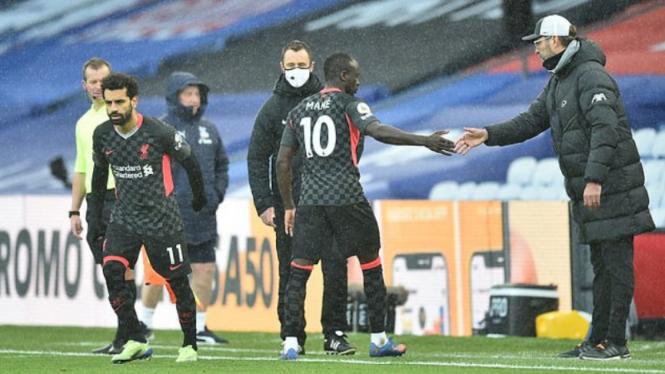 Winger Liverpool, Sadio Mane, saat bersalaman dengan Juergen Klopp