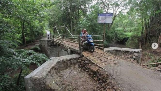 Jembatan bambu Kabupaten Ponorogo viral di media sosial.