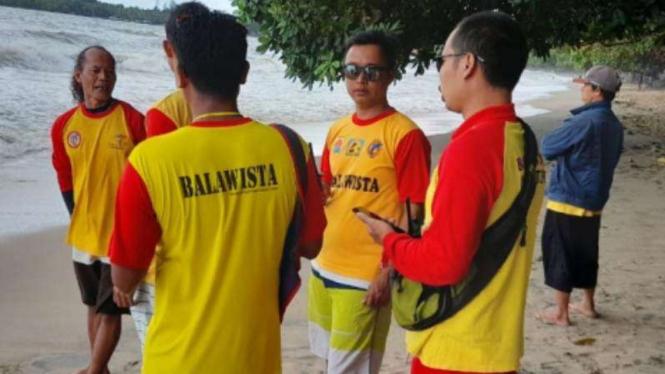 Wisatawan terseret ombak di Pantai Lippo Carita, Kabupaten Pandeglang.