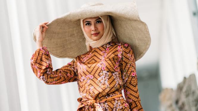 Desainer Amerika pamer koleksi busana muslim batik.