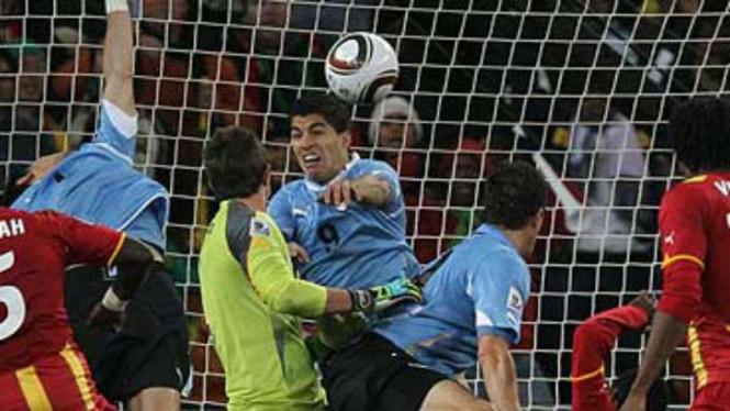 Aksi Luis Suarez menyentuh bola dengan tangan di Piala Dunia 2010.