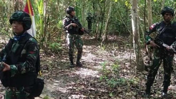 VIVA Militer: Prajurit Yonif MR 413/Bremoro Kostrad TNI patroli.