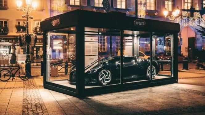 Mobil Bugatti La Voiture Noire dipajang di tempat umum pakai peti kaca.