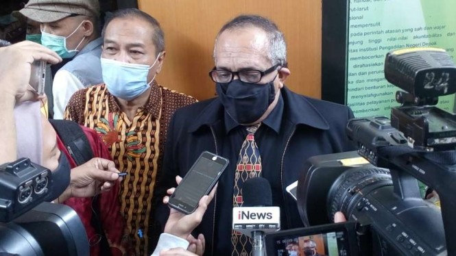 Pengacara Syahganda, Abdullah Alkatiri, usai menghadiri persidangan yang berlangsung di Pengadilan Negeri Depok, Jawa Barat, Senin, 21 Desember 2020.