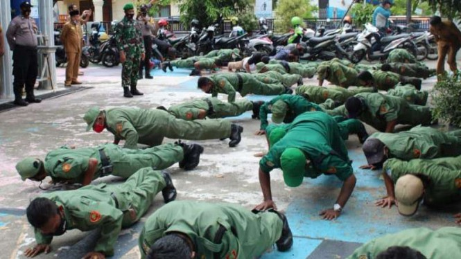 VIVA Militer: Belasan hansip push-up di depan kantor Kecamatan Baiturrahman