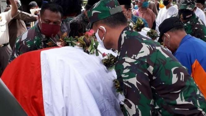 VIVA Militer: Prosesi pemakaman Serma TNI Supartinah.