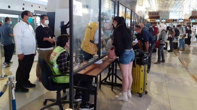 Pemeriksaan rapid test antigen di Bandara Soetta