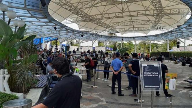 Kondisi antrean tes rapid antigen di Bandara Soekarno-Hatta (Soetta) Tangerang.