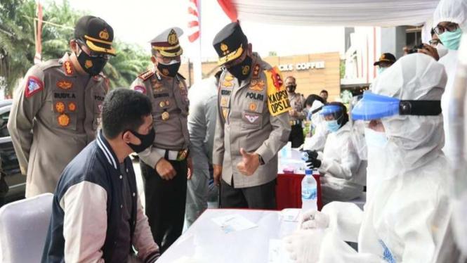Pemeriksaan rapid test antigen secara acak di rest area KM 19 Tol Jakarta-Cikampek. (Foto ilustrasi)
