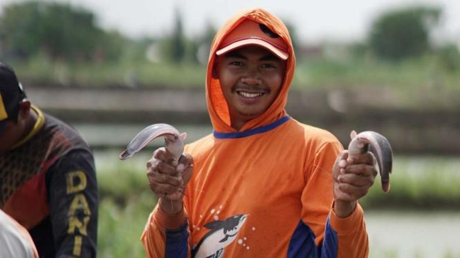 Ilustrasi petani pembudidaya ikan.