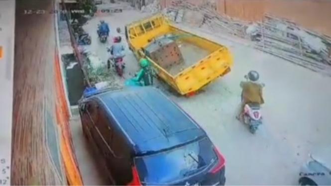 Pengendara ojol nyaris tertimpa truk
