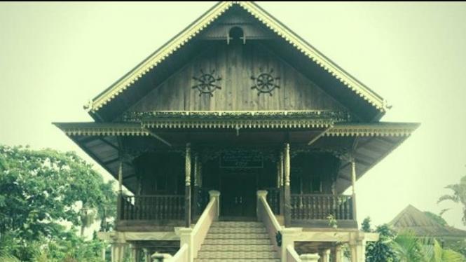 Rumah Adat Suku Rejang. Dok. curuptop.blogspot.com