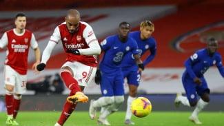 Alexandre Lacazette cetak gol penalti ke gawang Chelsea