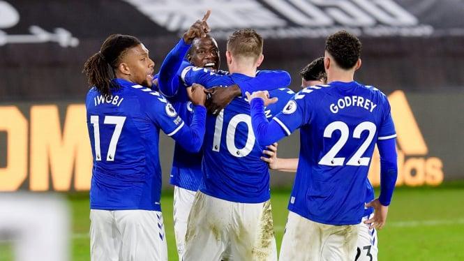 Pemain Everton merayakan kemenangan