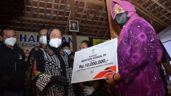 Mensos Tri Rismaharini menyerahkan bantuan pada masyarakat Desa Krebet Ponorogo