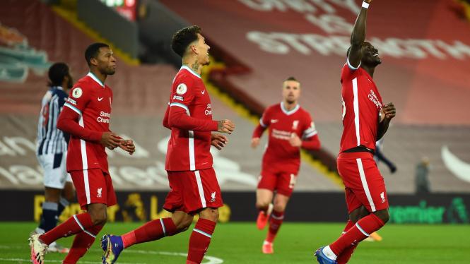 Pemain Liverpool merayakan gol Sadio Mane (kanan)