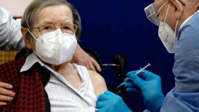 Ruth Heller, wanita berusia seratus tahun menerima vaksinasi COVID-19 di Berlin, Jerman, Minggu (27/12/2020). Sejumlah negara di Eropa memulai vaksinasi COVID-19 kepada warganya.
