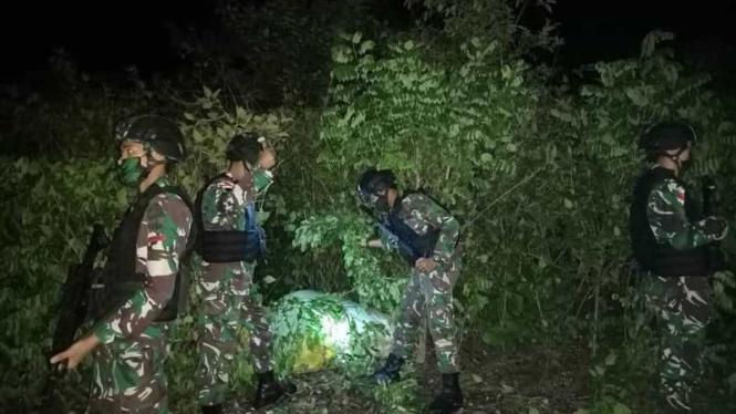 VIVA Militer: Satgas Yonarmed 3/105 TNI menemukan karung misterius