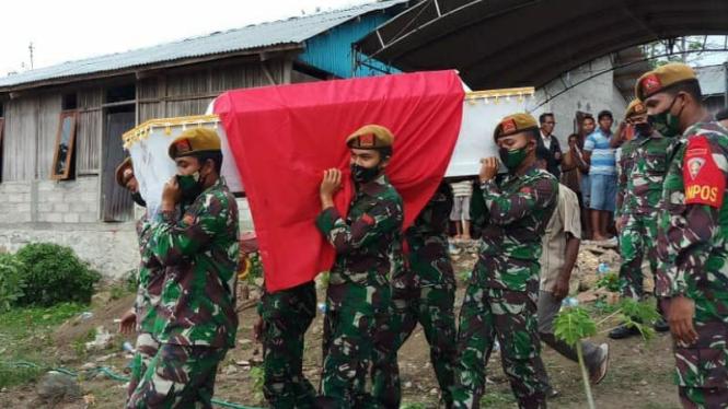 VIVA Militer: Prosesi pemakaman Petrus Fahik.