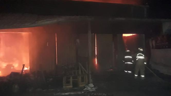 Petugas pemadam kebakaran berusaha memadamka kebakaran di salah satu ruko di Kampung Lebak Baru, Desa Renged, Kecamatan Kresek, Kabupaten Tangerang, Banten, pada Selasa dini hari, 29 Desember 2020.