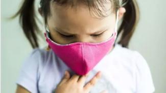 Anak memakai masker