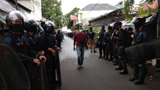 Aparat Kepolisian bersenjata merazia atribut FPI di Petamburan