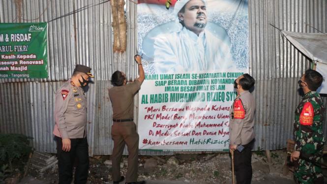Spanduk Habib Rizieq di Tangerang Dicopot TNI Polri