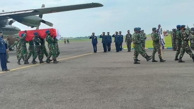 VIVA Militer: Jenazah Serda TNI Aldimas Oki Mahendra diterbangkan ke Magetan
