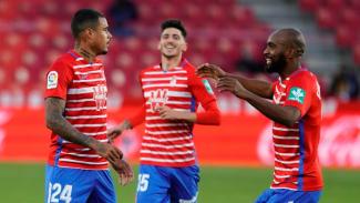 Pemain Granada merayakan gol.