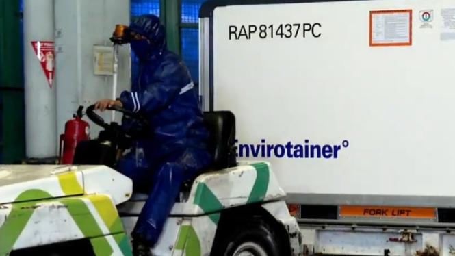 Seorang operator kargo memindahkan kotak kontainer khusus berisi jutaan dosis vaksin COVID-19 segera setelah tiba di Bandara Soekarno-Hatta, Tangerang, Banten, pada Kamis, 31 Desember 2020.
