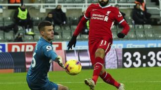 Kiper Newcastle United, Karl Darlow saat menghalau sepakan Mohamed Salah