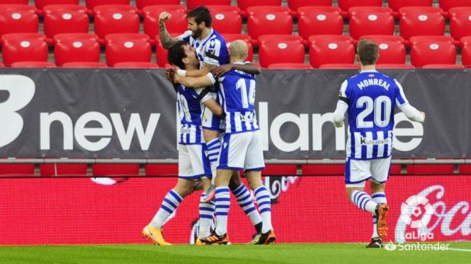 Para pemain Real Sociedad merayakan gol.