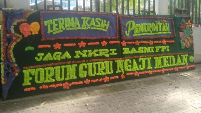 Karangan bunga dukungan FPI dibubarkan 'menghiasi' jalan protokol di Kota Medan.