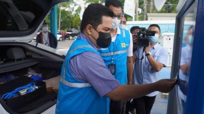 Menteri BUMN Erick Thohir di Stasiun Pengisian Mobil Listrik di Bali