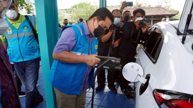 Menteri BUMN, Erick Thohir menguji kesiapan mobil listrik di Indonesia