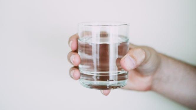Ilustrasi minum air/air putih.