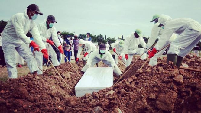 Pemakaman jenazah COVID-19 di TPU Tegal Alur, Jakarta
