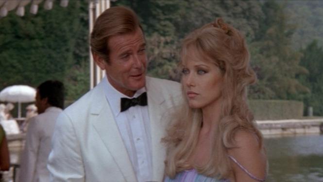 Roger Moore dan Tanya Roberts di film James Bond,  A View to a Kill (1985).