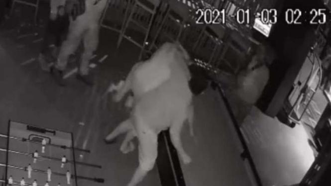 Rekaman CCTV dua karyawan hotel di Bekasi dikeroyok