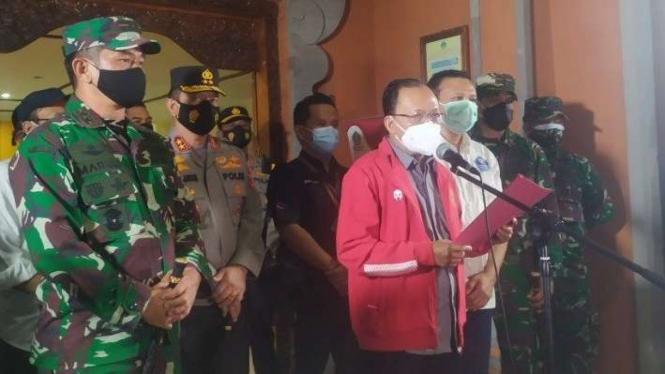 Gubernur Bali Wayan Koster saat Menerima Vaksin COVID-19