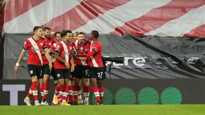 Para pemain Southampton merayakan gol.