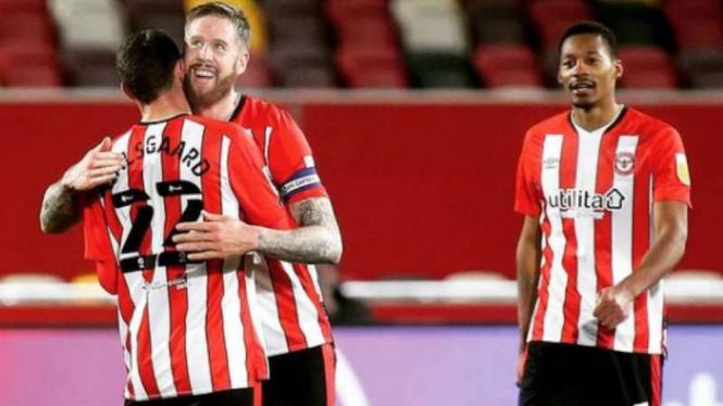 Pemain Brentford rayakan gol.