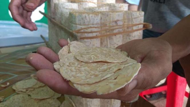 Perajin tempe di sentra produksi tempe Sanan, Kota Malang.