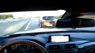 Ilustrasi mobil melaju cepat di jalan tol.