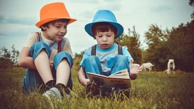 2 anak sedang membaca