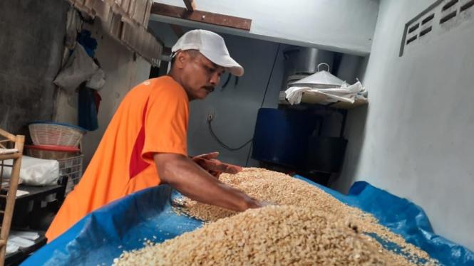 Aktivitas produksi tempe di Medan dengan bahan baku kacang kedelai (ilustrasi)