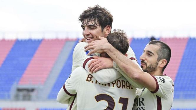 Pemain AS Roma merayakan gol ke gawang Crotone