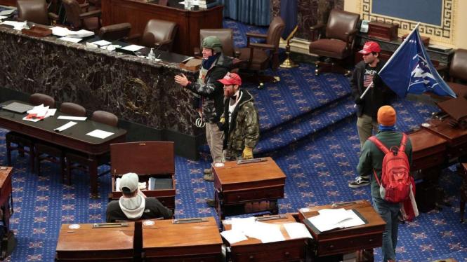 Para pendukung Trump yang membuat ricuh di Aula Kongres AS.