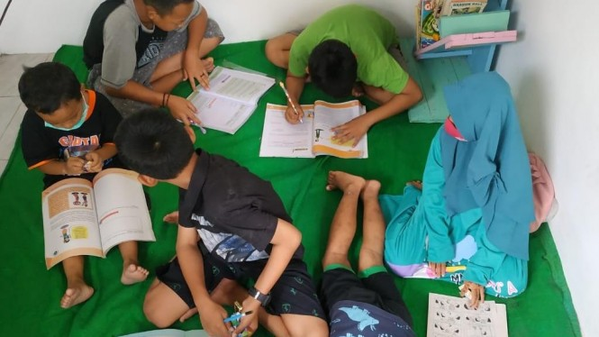 Kegiatan Pembimbingan Belajar Anak Sekolah Dasar di Kampung Jetis