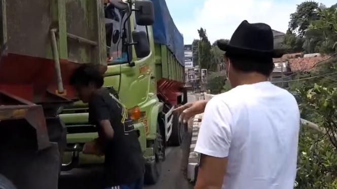 Anggota DPR, Dedi Mulyadi menegur truk yang parkir di jembatan